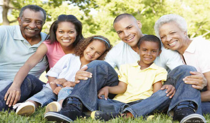 enfants, parents et grands-parents assis dans un parc